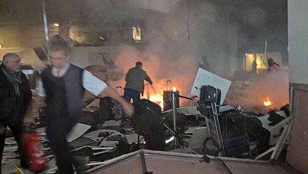 Türkische Polizisten untersuchen die Stellen wo die Bomben explodierten. (AP Photo/Emrah Gurel)