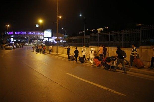 Nach den schrecklichen Explosionen wird der Atatürk Flughafen evakuiert. (AP Photo/Emrah Gurel)