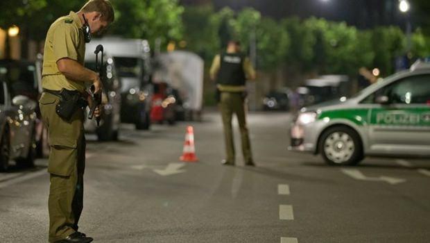 Polizisten in Ansbach untersuchen den Tatort.