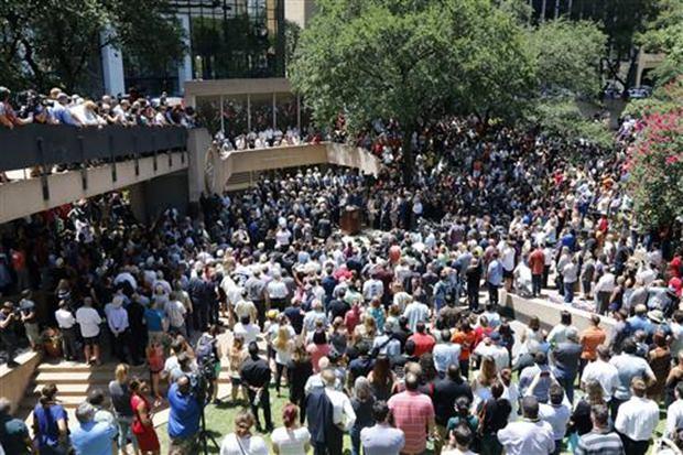 Nach dem Blutbad in Dallas wird gebetet. (David Woo/The Dallas Morning News via AP)