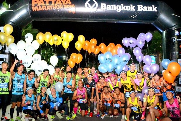 Eine Kaskade von Feuerwerken erhellte den Morgenhimmel beim Start zum Pattaya Marathon 2016.