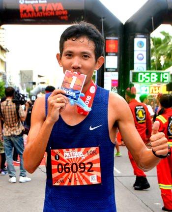 Thailand's Natawat In-oom freut sich über seinen Sieg im Viertel-Marathon.