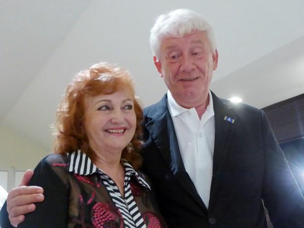 Dr. Jürgen Koppelin gratuliert Geburtstagskind Elfi Seitz.