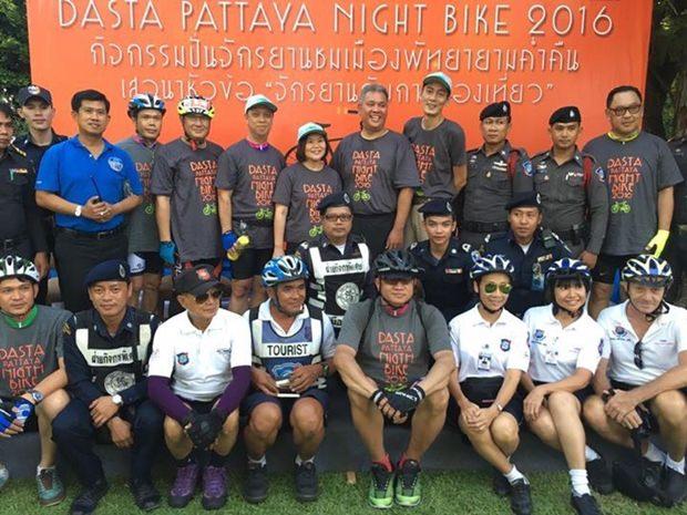 Repräsentanten vonTHA E, TAT, Touristen- und Stadtpolizei beim Gruppenfoto vor Eröffnung des Rennens.