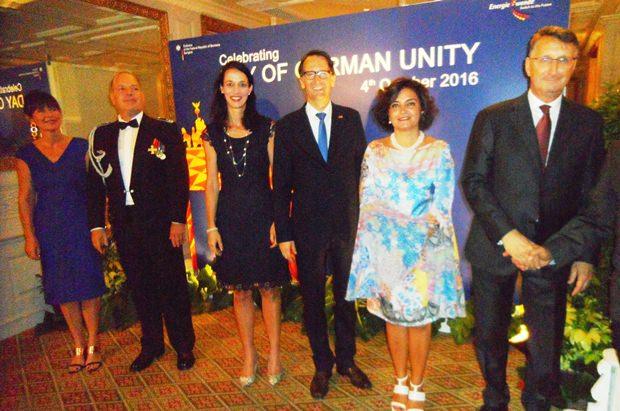 (Von rechts) Seine Exzellenz Botschafter Peter Prügel und Gattin Lucia, Dr. Peer Gebauer und Gattin Dr. Sonja, Militärattache Oberst Matthias Pfeifer und Gattin Petra.