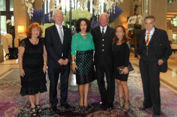 Vor dem Fest versammeln sich (von rechts) Axel Brauer, Bo Brauer, Gerrit Niehaus, Anselma Niehaus, Dr. Jürgen Koppelin und Elfi Seitz im Hotel Kempinski.