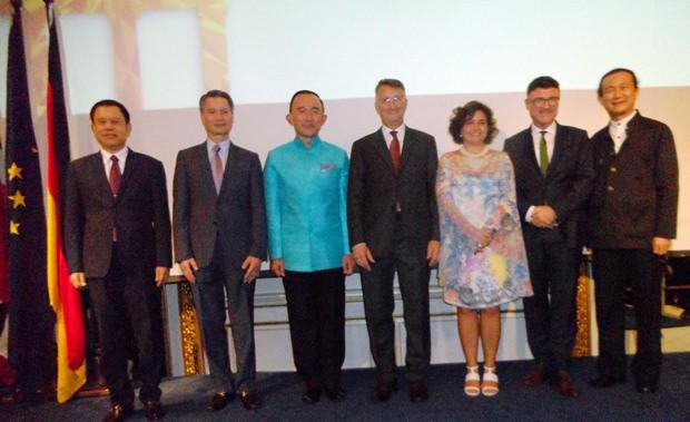 Die Ehrengäste beim Gruppenfoto.