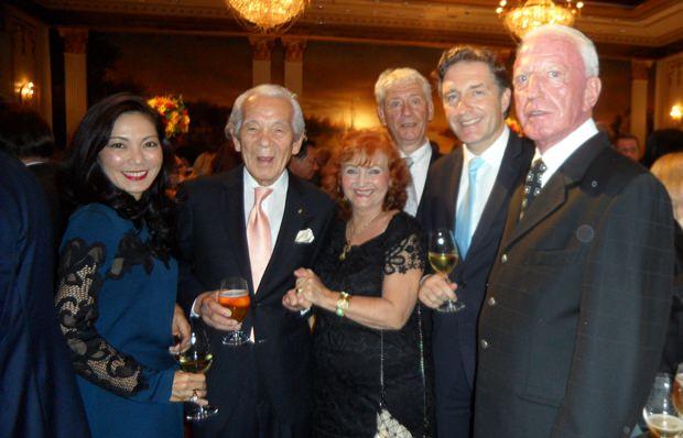 (Von rechts) Gerrit Niehaus, Österreichs Botschafter Enno Drofenik, Dr. Jürgen Koppelin, Elfi Seitz, Iwao Sekiguchi und Juli Sekiguchi-Drofenik.