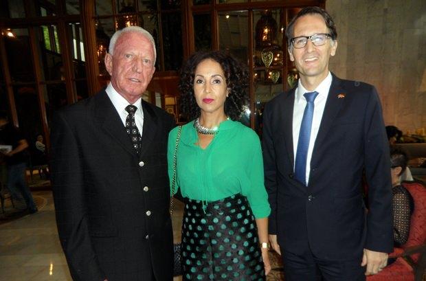 (Von links) Gerrit und Anselma Niehaus werden von Dr. Peer Gebauer begrüßt.