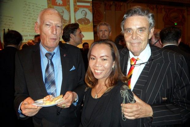 (Von links) Peter Schlegel, Bo und Axel Brauer sind zur Feier aus Pattaya gekommen.