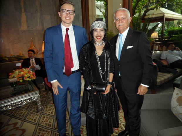 (Von rechts) Chiang Mais deutscher Honorarkonsul Hagen Dirksen mit Gattin und deutschem Kollegen.