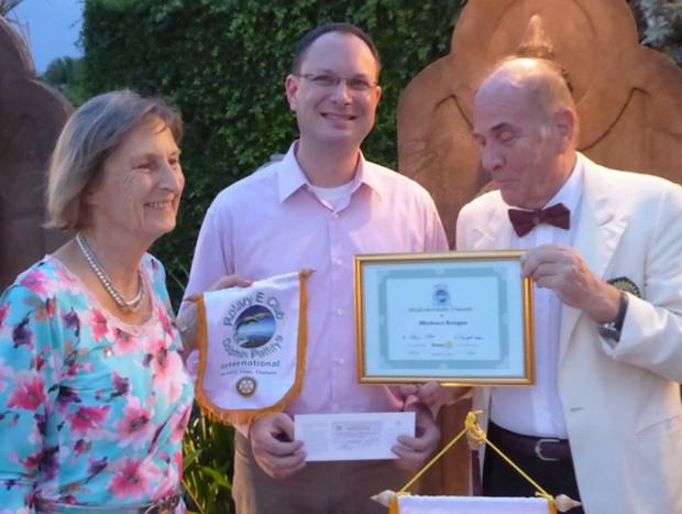Michael Berger erhält die Rotary Nadel, den Wimpel, den Mitgliedsausweis und die Mitgliedsurkunde aus den Händen von Präsident Otmar und Sekretärin Margret.