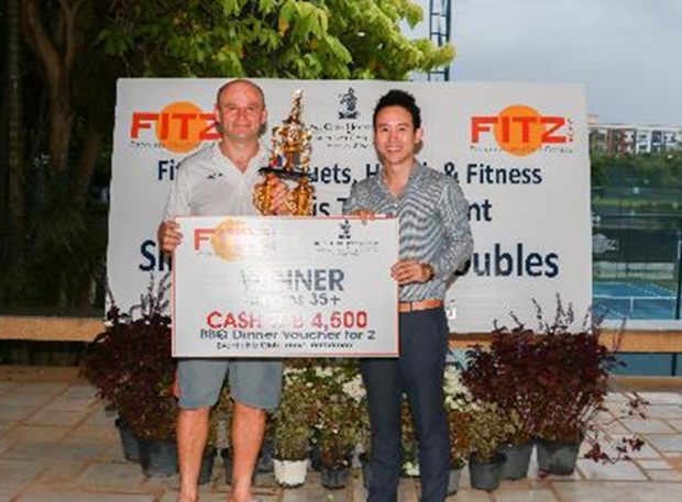 Vitanart Vathanakul, Executiv Direktor der Royal Cliff Hotel Gruppe überreicht den Preis an Daniel Rajsky.