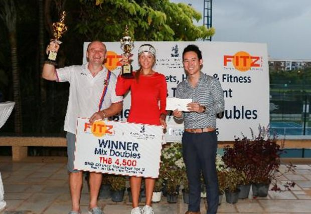 Wieder gewinnt Daniel Rajsky, diesmal mit Partnerin Anastasia Pimenova. Vitanart Vathanakul übergibt ihnen die Preise.