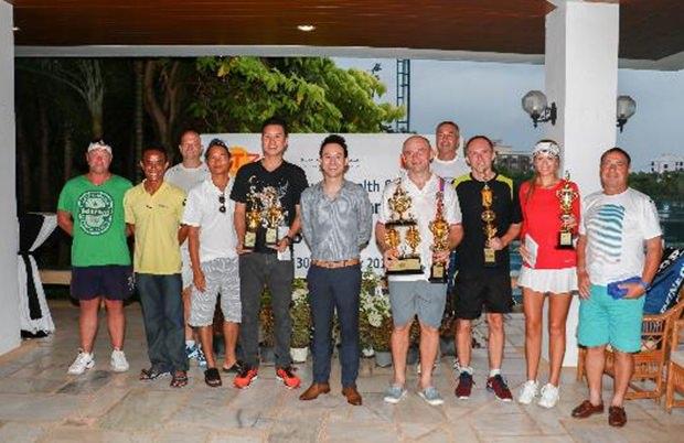 Die Sieger und Zweiten und Dritten der jeweiligen Gruppen.