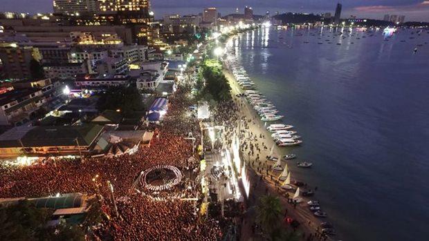 In dr Abenddämmerung über der Pattaya Bay versammelten sich Tausende Menschen an der Beachroad, der Central Road und den Sois zur Gedächtnisfeier.