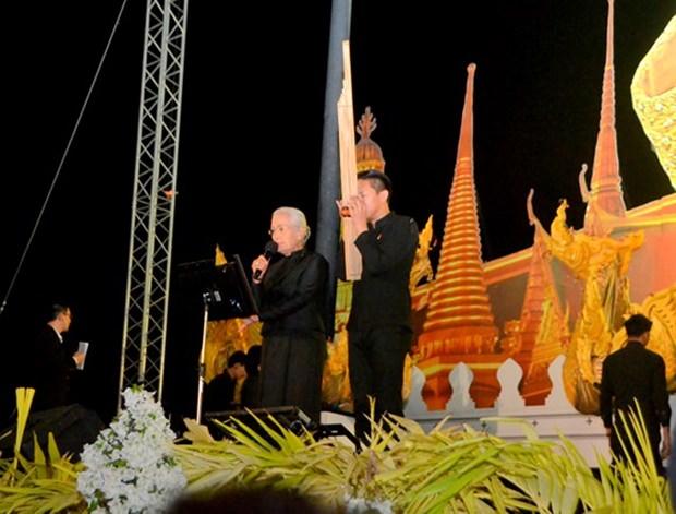 'Mo Lam' Chaweewan Dumnern und 'Khaen Master' Acharn Ohn Khaenkhiaw beim 'Lam Long' um den König zu betrauern.