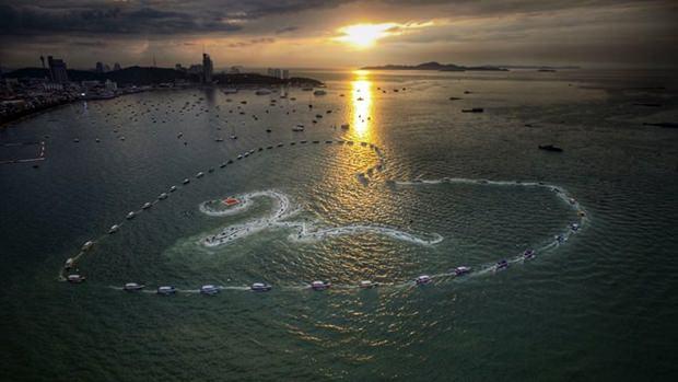 Mehr als 1.000 Boote und Jetskis formen ein großes Herz und in der Mitte desselben die thailändische Zahl Neun um König Rama IX zu ehren.