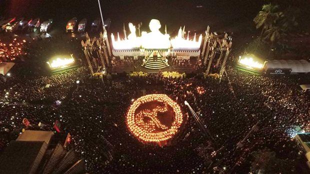 Kinder halten brennende Kerzen in den Händen und auch sie formieren sich zur Nummer Neun vor dem Bildnis des Königs.