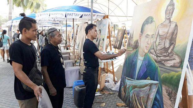 Lokale un dnationale Künstler fertigten Gemälde und Zeichnungen Seiner Majstät des Königs und stellten dies entlang der Beach Road aus.