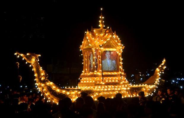 Die goldene Königliche Barke mit Bildern des Königs 'schwimmt' durch die Menge.