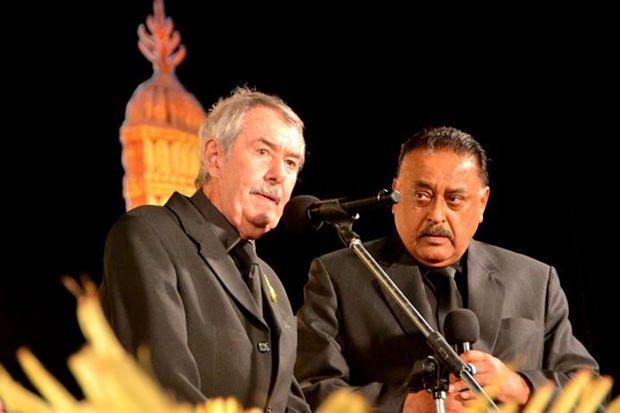 Peter Cummins sprach sehr emotional über sein eLiebe und Loyalität und Respekt gegenüber 'seinem' König. Peter Malhotra (rechts) übersetzte seine Rede ins thailändische.