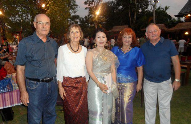 Unsere kleine Gruppe (von links) Tony Portman, Dr, Margret Deter, Jatuporn Pisalwalerd, Elfi Seitz und Jimmy.
