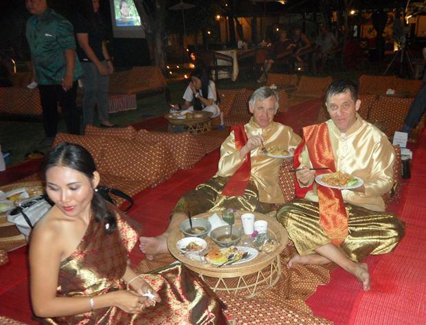 Zwei Gäste aus Ungarn in traditioneller Thai Kleidung.