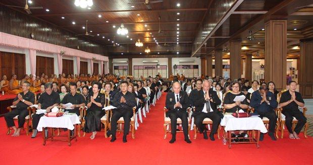 Rotarier aus allen Clubs Pattayas nahmen gemeinsam mit der Khakhai Familie an der Trauergebetsstunde teil.