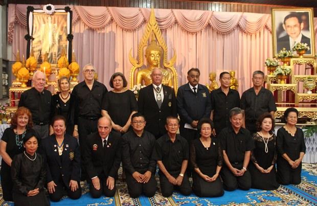 Rotarier und die Khakhai Familie bezeugen dem verstorbenen König ihren Respekt.