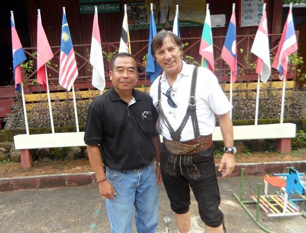 Zwei Schuldirektoren unter sich: einer aus Thailand und einer aus Tirol.