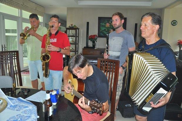 Die Tiroler Musiker übern am Vorabend zur Fahrt in den Dschungel noch die Lieder des Königs.