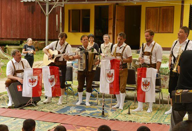 Hier die sechs Mitglieder der Bürgermeister Kapelle aus Tirol beim abspielem der thailändischen Hymne.