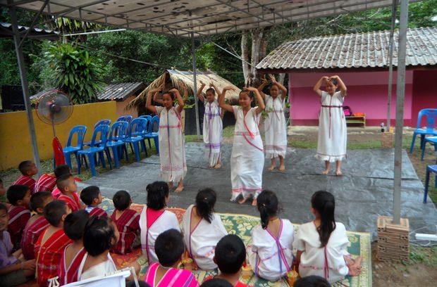 Mit einem hübschen Tanz bedanken sich die Kinder bei den Gästen.