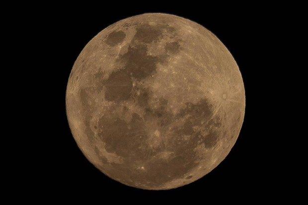 Ein echter Super-Mond erleuchtete die wolkenlose Nacht.