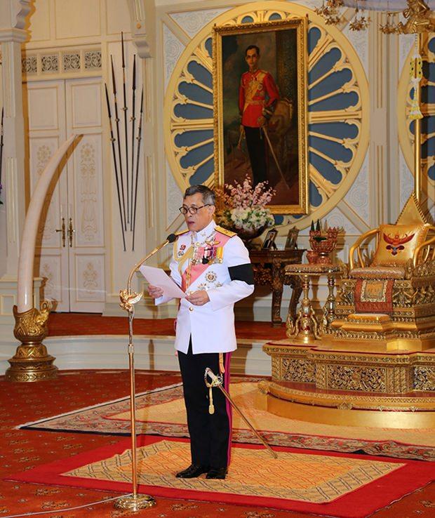 Seine Majestät König Vajiralongkorn Bodindradebayavarangkun bei seiner Rede nachdem er den Thron akzeptierte. (Büro des Königlichen Haushalts via AP)