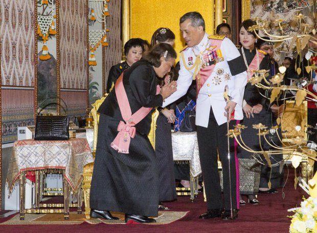 Ihre Königliche Hoheit, Prinzessin Maha Chakri Sirindhorn, begrüßt ihren königlichen Bruder bei der buddhistischen Zeremonie im Dusit Maha Prasat Palast.
