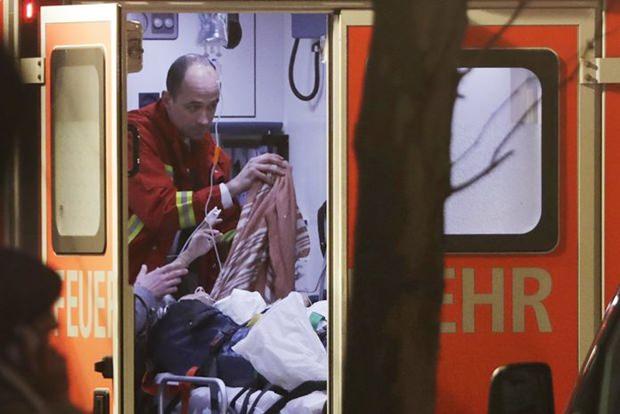 Ein Feuerwehrmann kümmert sich um einen Schwerverletzten. (AP Photo/Michael Sohn)