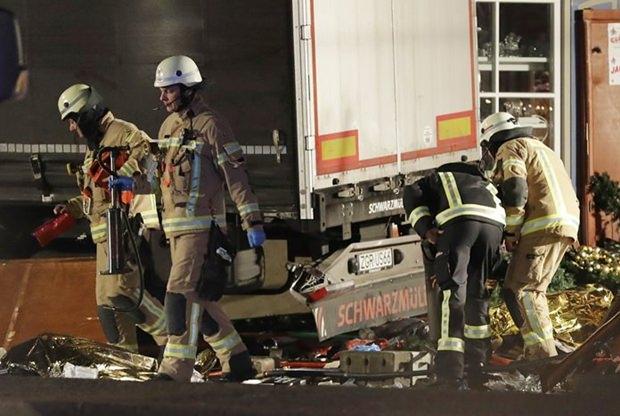 Auch Feuerwehrleute beteiligen sich an den Untersuchungen am Tatort. (AP Photo/Michael Sohn)