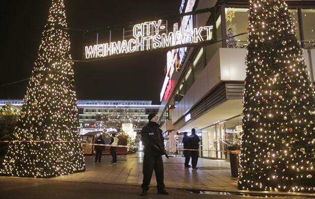 Polizisten sichern nun andere Christkindlmärkte ab. (AP Photo/Markus Schreiber)