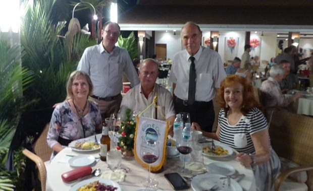 Die anwesenden Mitglieder des Rotary e-Clunbs Dolphin Pattaya International. Von links sitzend: Dr. Margret Deter, Thomas Jaeger und Ehrenmitglied Elfi Seitz. Von links stehend: Michael Berger und Präsident Dr. Otmar Deter.