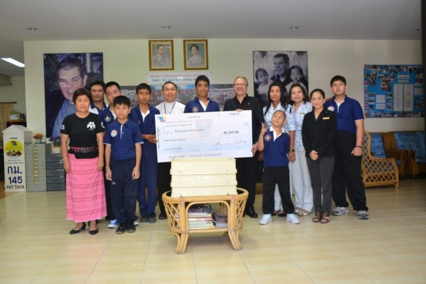 Der Scheck über 40. 269 Baht wird von Generalmanager Andre Brulhart an Vater Patrapong Sriwornkhun übergeben.