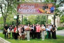 Generalmanager Andre Brulhart, (vordere Reihe im rosa Hemd) leitete die Eröffnung des Mirage Market.