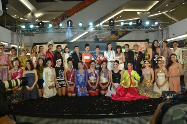 Alle Teilnehmer stellen sich zum Gruppenfoto.