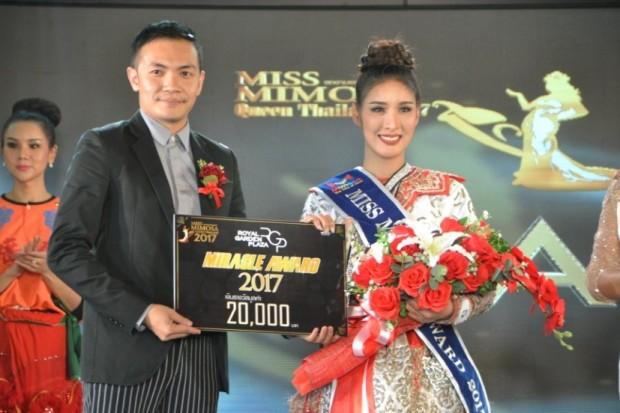 Arm Kotma Ninsak überreicht der glücklichen Siegerin Kamonlak Kontiditanarat,26, ihren Preis.