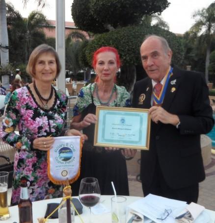 Doris Berger-Peters (Mitte) erhält die Mitgliedsurkunde und die Rotary Nadel aus den Händen von Präsident Dr. Otmar Deter (rechts) und Sekretärin Dr. Margret Deter.