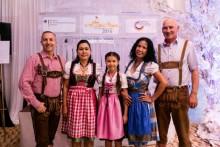 So richtig zünftig bayerisch waren einige Gäste beim Fest der Deutschen gekleidet.