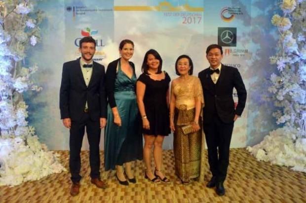 Mitglieder der Human Helpmetwork Foundation Thailand in Galakleidung: (von links) Christian Frick, Hannah Heichen, Pornsook Chuejangchin, Direktorin Radchada Chomjinda und Piroon Noi-Imjai.