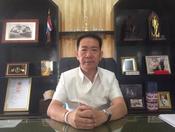 Banglamungs Bezirkschef Naris Niramaiwong beim Interview mit Pattaya Mail.