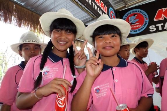 Kinder lernen wie man Petanque spielt2